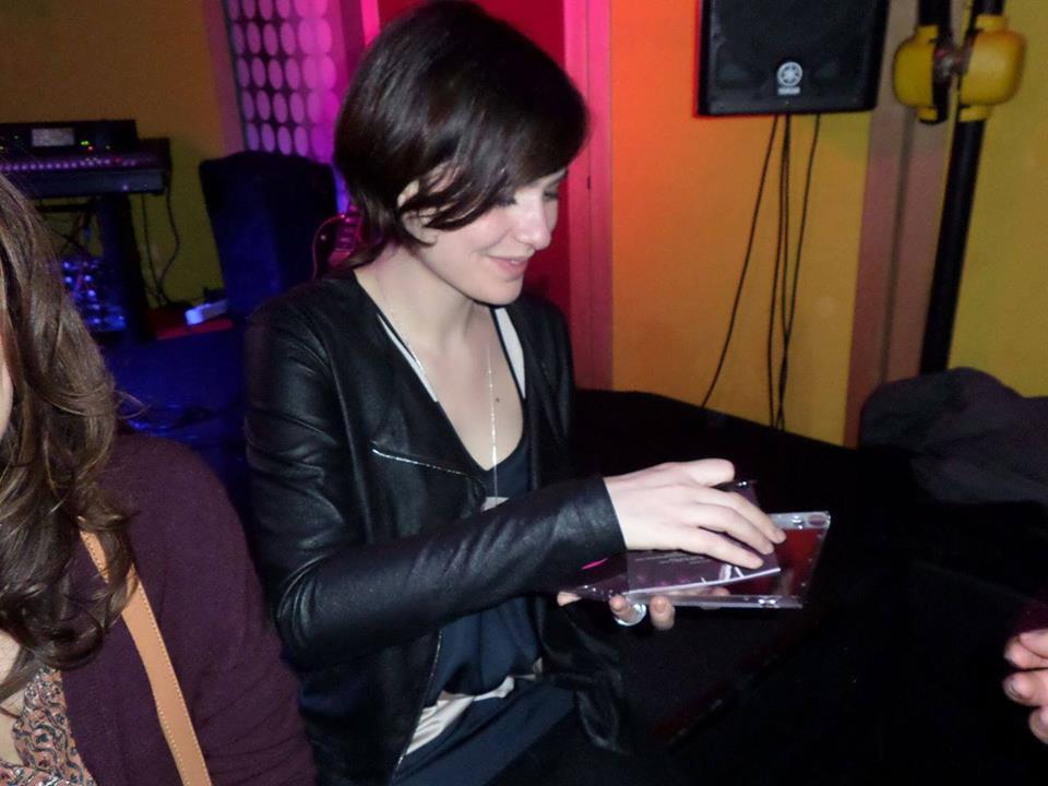 Il MOUmento di Emanuele Brigatti: Qua invece Erica al 75 beat intanto che mi autografava la copia di bacio ancora le ferite album con il quale ho completato la discografia. Inoltre, quella sera per la prima volta ho avuto il piacere di vedere Erica in versione rock accompagnata dalla band!!